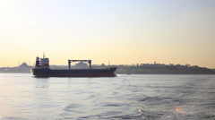 Rahtilaiva purjehdus Bosporin Sea kohti Istanbul. Arkistovideo