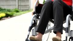 Vammainen henkilö pyörätuolin puutarhassa elokuvassa Arkistovideo
