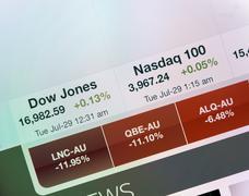 Dow Jones ja Nasdaq indeksit iPad näytössä Kuvituskuvat