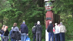 Totem Poles, cruise ship tours and guide Stock Footage