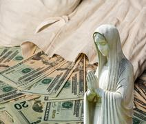 Praying statue with cash background Stock Illustration