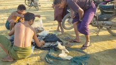 Mandalay, myanmar - 13 jan 2014: local fishermen share their catch on the lak Stock Footage
