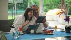 Onnellinen pariskunta tabletin ja kannettavan tietokoneen taulukon luksus huvila HD Arkistovideo
