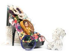 hevonen valjastetaan vaunu - kenkä nukke - stock photo