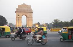 India gate overlooking busy city street, delhi, india Kuvituskuvat