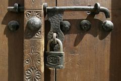 u.a.e., dubai, bur dubai, old door lock at a house in the historic bastakiya  - stock photo