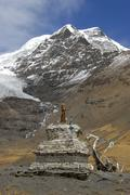 Old stupa in front of ice-capped mountain mt. nojin kangtsang (7191 m) at kar Stock Photos