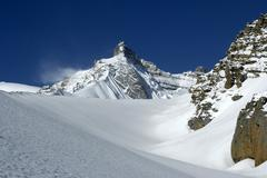 Mountain peak in deeply snowed in high mountains thorung la pass annapurna re Stock Photos