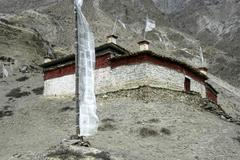 Monastery with a high white prayer flag tangri gompa phu nar-phu annapurna re Stock Photos