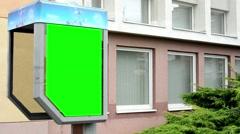 Taulun puhelinkopissa - green screen - rakennuksen ikkunoita taustalla Arkistovideo