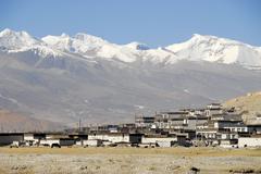 Village below ice-capped mountains tingri tibet china Stock Photos