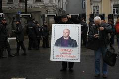 Ilya Konstantinov puts a poster in support of the arrested son of Daniel Stock Photos