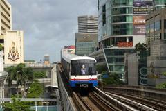 Bts skytrain, bangkok mass transit system, s-bahn between skyscrapers, bangko Stock Photos