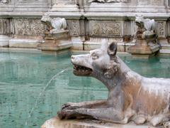 Siena, spouting figure of a wolf of the fountain fonte gaia on the piazza del Stock Photos