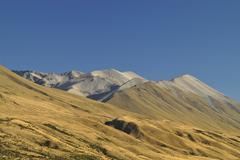 Arid hills near the lake tekapo, mount cook nationalpark, south island, new z Stock Photos