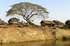 Village on the bank of the irrawaddy or ayeyarwady river, myanmar (birma), so Stock Photos