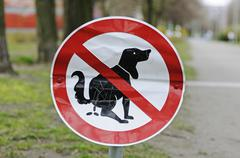Dented sign, no dogs allowed on lawn, berlin, germany, europe Stock Photos