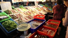 Liuhe Night Market - vendor food display Stock Footage
