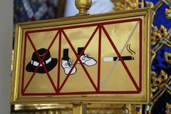 Prohibition sign: no hat, no shoes, no smoking at wat phra kaeo tempel, bangk Stock Photos