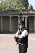 London - april 23: extra police officer posted outside of buckingham palace, Stock Photos