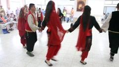 Toiveikas moderni arabikristitty nuoret naiset ja miehet tanssivat Dabke Arkistovideo