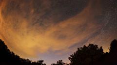 Viivästys yön taivaan pilvien ja tähtien ohi takana vuori. Arkistovideo