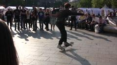 Skateboard stunt man spinning Stock Footage