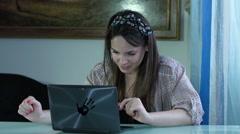 Donna che cerca l'amore sul web: flirtare con un uomo in una chat-room Stock Footage