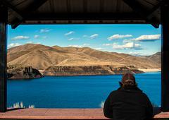 USA, Idaho, Ada, Boise, Lucky Peak, Man enjoying view of lake Kuvituskuvat