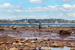 Australia, Nuovo Galles del Sud, Sydney, Man standing by ocean Stock Photos