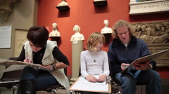 Family of artists to draw in the Pushkin Museum of Fine Arts in Moscow. Stock Footage