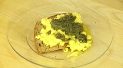 Scrambled eggs with pesto Stock Footage