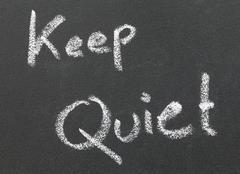 Keep quiet written in a black board Kuvituskuvat