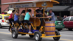 Tourists ride pedal tavern, broadway, nashville, tn, usa Arkistovideo