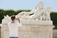 Man taking a picture of a sculpture in a garden, Jardin des Tuileries, Paris, Kuvituskuvat