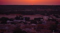 Red sun sets on the horizon of the Thar desert, Jaisalmer, India. Stock Footage