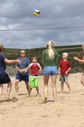 Frankreich, Bretagne, Finistere, St. Anne, La Plage de Treguer, family playing Stock Photos