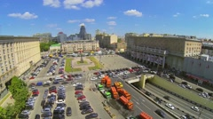 Many cars parked on Triumph Square with traffic Stock Footage