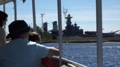 Tourists on tour boat visit uss north carolina, wilmington, nc, usa Stock Footage