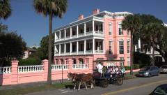 Tourists on mule and carriage tour, east battery, charleston, sc, usa Arkistovideo