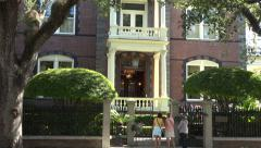 Tourists on horse and carriage visit calhoun mansion, charleston, sc, usa Stock Footage