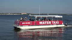 Water taxi arrives at waterfront, charleston, sc, usa Stock Footage
