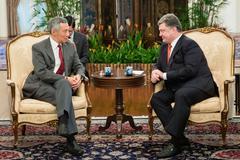 President of ukraine petro poroshenko and prime minister of singapore lee hsi Stock Photos