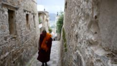 4k tibet monk walking on the lhasa drepung,famous tibetan temple. Stock Footage