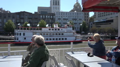 Tourists take riverboat tour cruise along savannah river, ga, usa Stock Footage