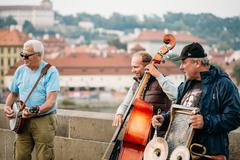 Street Buskers performing jazz songs on the Charles Bridge in Pr Kuvituskuvat