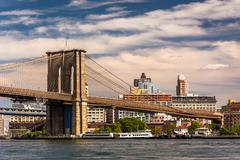 The brooklyn bridge, over the east river, seen from pier 15, manhattan, new y Stock Photos
