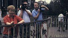 China 1987: tourists taking picture of streets in Wuhan Stock Footage