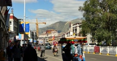 4k busy traffic & crowd in lasa business street,far away lhasa building & potal Stock Footage