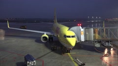 4k Early morning Boeing 737-800 before departure Stock Footage